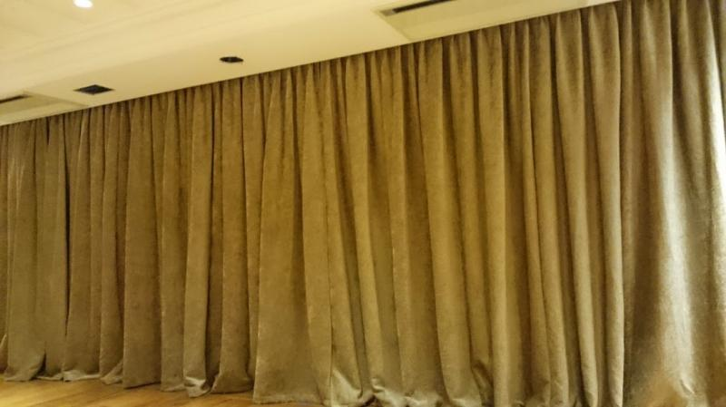 <Motorized stage curtain
